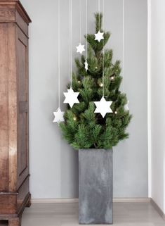 Simply different christmas tree Christmas Mood, Christmas Baubles, All Things Christmas, White Christmas, Christmas Wreaths, Different Christmas Trees, Xmas Tree, Tree Decorations, Christmas Decorations