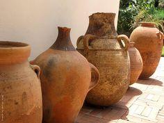 Collection of Moroccan vintage jars from the yard Clay Jar, Clay Pots, Olive Jar, Vintage Jars, Outdoor Planters, Ceramic Pottery, Garden Pots, Design, Moroccan Garden