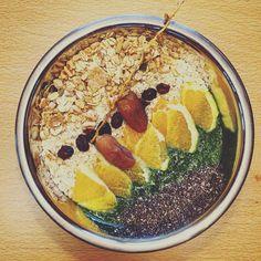 Heute gibt es wieder eine #GreenSmoothieBowl :) wieder mit #spinat #banane und #chiaseeds heute zusätzlich mit drin: #kaki #sharon #orange #datteln #cranberries  #breakfast #healthy #healthyfood #lowcarb #smoothie #green #greensmoothie #vegan #vegetarian #cranberry #fitfor2016 #superfood #bowl #dates #oatmeal #chia #foodstagram #delicious #foodporn