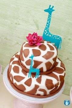 giraffe cake. How awesome would this be for a baby shower? It's really really cute but different too because the main focus isn't the traditional pink or blue or pastels.