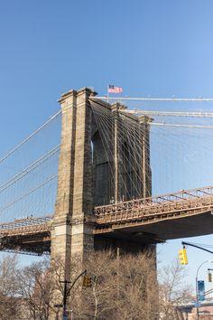 Torre da Brooklyn Bridge. Veja nosso relato de como é atravessá-la a pé.