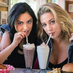 Veronica Lodge and Betty Cooper Bughead Riverdale, Riverdale Memes, Riverdale Fashion, Riverdale Tv Show, Riverdale Funny, Camila Mendes Riverdale, Betty & Veronica, Riverdale Betty And Veronica, Betty Cooper Riverdale