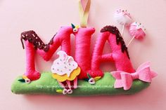 Nombre de fieltro con Cupcakes para Mia, Name felt Cupcakes, cake-pops and chocolate http://accesoriosdulcescaramelos.blogspot.com.es/2015/03/cupcakes-para-mia-nombre-de-fieltro.html