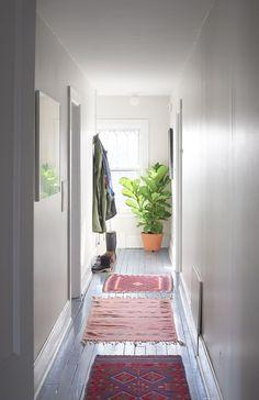 Enfilade de tapis colorés pour décorer le couloir