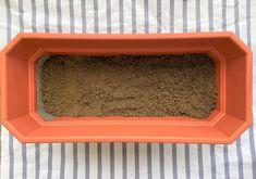 Depois da manta, faça uma camada de 1 a dois dedos de areia grossa, também conhecida como areião ou areia de rio. É um pouco mais difícil de achar essa areia em floras, mas em materiais de construção é bem comum ter a pronta entrega. Foto: Arquiteca Projetos.