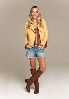 Jaqueta perfecto em amarelo e em lã com shorts jeans e bota