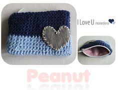 Monedero I Love U Blue  Realizado en lana sedificada dos tonos, con aplique de corazón en fieltro bordado en macramé crudo.  Forro interior en tela de algodón.