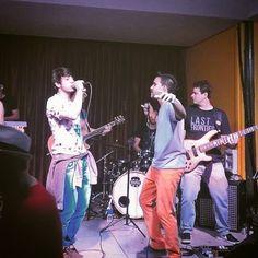 """Texto: """"O Mundim, vocalista fera da banda Vigaroots, subiu no palco e fez um som comigo ontem. Tamo junto, brother!! ✌  A #Vigarrots abre os trabalhos do Aloha Music, no London Café, dia 23 agora."""""""