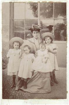 Grande CDV anonyme femme avec 4 enfants dont 1 bébé mode chapeaux 1890