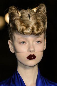 Gareth Pugh at London Fashion Week Fall 2016 - - Gareth Pugh at London Fall 2016 (Details) Source by shochdrei Creative Hairstyles, Up Hairstyles, Fashion Hairstyles, Hairstyle Ideas, Hair Ideas, Professionelles Make Up, New Flame, Avant Garde Hair, Runway Hair