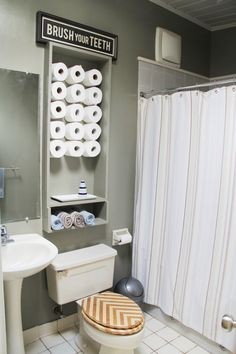 I want one of this, the toilet paper wall is not a bad idea.