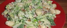 Das Rezept habe ich mir überlegt, als ich Lust auf eine Art Carbonara mit Räuchertofu hatte. Ich wollte aber nicht, dass kein Gemüse enthalten ist, denn ohne Gemüse fehlt mir irgendwie etwas. Deshalb habe ich viel gesunden Brokkoli in die Soße gemacht. :D Nun ist es zwar keine Carbonara mehr, aber ich fand das Resultat, vor allem mit Gnocchi kombiniert, trotzdem sehr lecker. Räuchertofu schmec ...