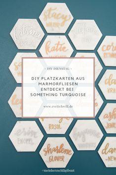 DIY Platzkarten aus Marmorfliesen  Dieses geniale DIY habe ich auf Pinterest bei Something Turquoise entdeckt! Keine Sorge, Ihr müsst dafür kein Handlettering Künstler sein. Ein paar geschickte Hände reichen aus und Ihr könnt Eure Gäste mit diesen besonderen Platzkarten als Gastgeschenk überraschen!   #platzkarten #marmor #hochzeitsideen #diydienstag #diywedding #pinterestinspired #diyhochzeit #selbstgemacht #diyideen #letsgetmarried #hochzeit #hochzeitsblog #evetichwill #meinherzschlägtbunt