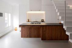 open kitchen è un volume contenitore sotto le scale