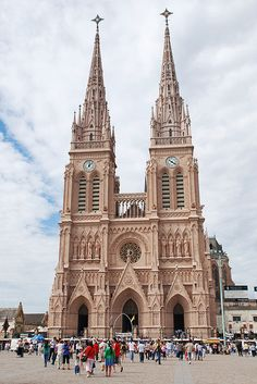 The large neo-gothic basilica from Luján, Argentina (by Pablo F. Cepero).