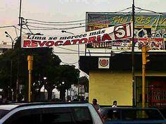 """""""SÍ a la revocatoria"""" reza un cartel en Lince ¿Ya empezó la intensa campaña de los carteles? Spacio Libre rechaza la contaminación visual así sean carteles de propaganda por el """"no"""" o por el """"sí"""" a la revocatoria."""