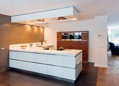 Geheel op maat een echte familiekeuken om met z'n alle van te genieten Een moderne, ruime, greeploze witte keuken.