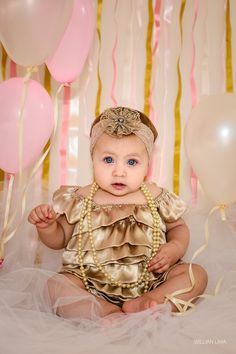A linda Nicole antes do Ensaio Smash the Cake com seu lacinho e vestido dourado.