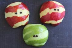These adorable Apple Mummies are such an easy, healthy Halloween treat! A perfect fruit snack for Halloween parties, spook-tacular fruit trays or a fun October after-school bite. Halloween Treats For Kids, Halloween Candy, Easy Halloween, Halloween Recipe, Homemade Halloween, Holiday Treats, Halloween Foods, Halloween Appetizers, Halloween Parties