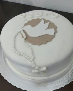 Bolo primeira comunhao First Communion Decorations, First Communion Cakes, Beautiful Cakes, Amazing Cakes, Comunion Cakes, Bolos Low Carb, Confirmation Cakes, Christening Party, Baptism Favors