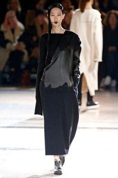 A passarela de outono-inverno de Yohji Yamamoto está minimalista porém nada básica.