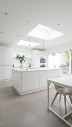 White, clean, sharp and neat, this post contains some great examples of white contemporary kitchen cabinets. Notice how pleasing that these kitchens are. White Contemporary Kitchen, Contemporary Kitchen Cabinets, Modern Kitchen Design, Kitchen Designs, Modern Contemporary, Modern Design, White Gloss Kitchen, All White Kitchen, New Kitchen