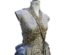 L'équipe derrière la série Game Of Thrones ne fait pas les choses à moitié pour pousser le réalisme au maximum ! C'est notamment le cas des vêtements... Et en ce qui concerne les robes des personnages féminins, le travail est vraiment é...