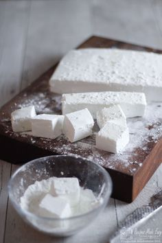 Fluffy gin and tonic marshmallows. A perfect gift for any gin lover. Gin And Tonic Gifts, Recipes With Marshmallows, Square Cakes, Food To Make, Sweet Tooth, Sweet Treats, Yummy Food, Delicious Recipes, Marshmallows