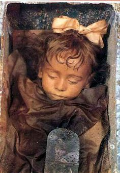 The miraculously preserved body through imbalming of Rosalia Lombardo, dead at the age of 2 in 1920. Kept safe in the Palermo Catacombs les catacombes de Palerme