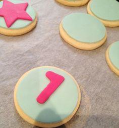 La Cocina de Carolina: Cómo decorar galletas con fondant (galletas decoradas) Catering, Sugar, Cookies, Desserts, Key, Food, Cookie Recipes, Food Cakes, Postres