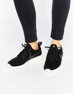 ¡Cómpralo ya!. Zapatillas de deporte negras Roshe 2 de Nike. Zapatillas de deporte de Nike, Exterior de malla transpirable, Cierre de cordones, Borde con forma, Con trabillas, Logo de la marca, Suela gruesa, Dibujo moldeado, Limpiar con un paño, Exterior: 100% textil. Nike domina la industria de la ropa de deporte dando un toque fresco y a la última a prendas casual. Las zapatillas de deporte supercool y las hi-tops encabezan su llamativa colección de calzado. Colecciones de tendencia qu...