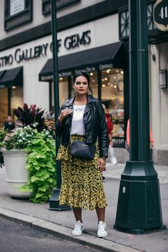 Historically, mainstream NYFW street style galleries almost exclusively feature thin women. This season, InStyle wanted to change that and dedicate our entire street style gallery to plus-size women instead. Rihanna Street Style, Model Street Style, Berlin Street Style, Curvy Street Style, Street Style Summer, Street Style Women, Curvy Style, Petite Style, Spring Style