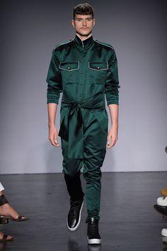 """Felipe Fanaia há algum tempo conquistou seu posto de """"estilista lúdico"""" na Casa de Criadores – ele... Mais"""