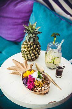 Von den berühmten Tegalalang Reisterrassen über die Märkte zum Monkey Forest bis zu Ubuds größtem Coworking Space mit Pool und den schönsten Cafés mit den leckersten Smoothies, Salaten und gesündestem Essen: kommt mit mir ins wunderbare Ubud! Ich verrate euch meine 5 besten Tipps für Balis bunte Stadt!