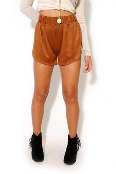 Vegan suede shorts. Overlay fabric and open sides. Elasticized waist band.