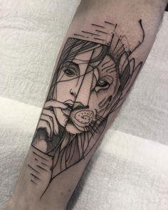 Tatuagem criada por Max Castro de Brasília. Metade de rosto de leão e metade rosto de mulher.
