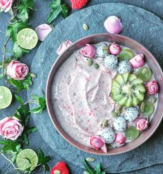 Healthy Smoothies Pretty In Pink Smoothie Bowl Fruit Smoothies, Healthy Smoothies, Acai Smoothie, Healthy Drinks, Bol Cake, Kreative Desserts, Aesthetic Food, Breakfast Bowls, Breakfast Recipes