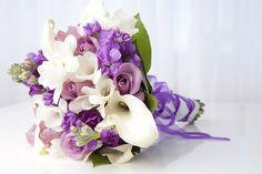 buquê de noiva com flores ultra violet pantone 2018