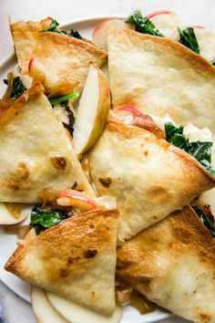 We're all in for apple season this year! We're adding them to everything, including this cheesy apple, spinach and caramelized onion quesadilla. Baked Quesadilla, Spinach Quesadilla, Best Cheese For Quesadillas, How To Make Quesadillas, Veggie Recipes, Vegetarian Recipes, Healthy Recipes, Caramalized Onions