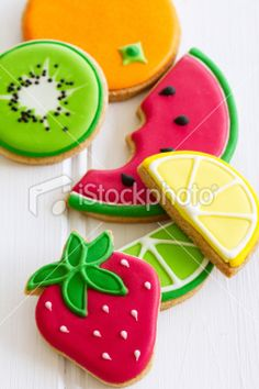 Gorgeous sugar cookies with a summery theme. Maybe incorporate a bit of lemon zest in the cookies for a fruity nite? Summer Cookies, Fancy Cookies, Cute Cookies, Cupcake Cookies, Heart Cookies, Birthday Cookies, Flower Cookies, Valentine Cookies, Easter Cookies