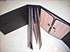 El blog de Escrapearte: Tutorial : encuadernación de espina Mini Photo Albums, Mini Albums Scrap, Brochure Folds, How To Make Scrapbook, Memory Album, Mini Album Tutorial, Mini Scrapbook Albums, Book Journal, Journals