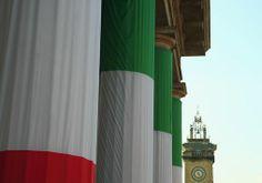 Città Alta dei mille. Propilei di Porta Nuova addobbati con la bandiera italiana - foto di Giuseppe Capelletto --- Questa fotografia partecipa al Concorso Fotografico Bergamo, per votarla condividila dalla pagina Facebook http://on.fb.me/1bfzk4E (la trovi tra i post di altri) e carica anche tu le tue foto su www.orobie.it per partecipare al concorso!