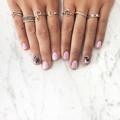 12 Best Celebrity 2015 Fashion Trends -- hand painted Coachella icons on pink manicure as seen on Song of Style. Cute Rings, Pretty Rings, Beautiful Rings, Simple Rings, 2015 Fashion Trends, Fashion Lookbook, Body Chains, New Nail Art, Super Nails