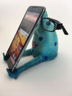 Iphone stand-eye glass holder cell phone desk by pondscumceramics ☆ la bout Cell Phone Holder, Diy Phone Case, Clay Projects, Clay Crafts, Accessoires Iphone, Iphone Stand, Phone Background Patterns, Eyeglass Holder, Glass Holders