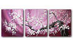 Een aantal prachtig bloeiende bloesem van een abstract geschilderde boom.Door zijn zacht roze of paarse achtergrond heeft het kunstwerk iets van een oosters sfeertje.