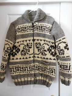2019 Modell Blumenmotiv im Cowichan-Stil Cowichan Sweater, Men Sweater, Knit Patterns, Sweater Patterns, Sweater Making, Cool Sweaters, Indian Fashion, Hand Knitting, Knitwear