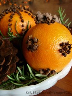 Make an Orange Pomander Centerpiece (that lasts)!- Make an Orange Pomander Centerpiece (that lasts)! Orange pomanders – see the best way to make them last for years eclecticallyvinta… - Noel Christmas, Primitive Christmas, Country Christmas, Winter Christmas, Winter Holidays, All Things Christmas, Christmas Oranges, Christmas Scents, Natural Christmas
