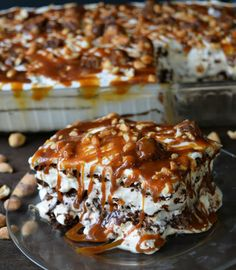 Layers of vanilla ice cream sandwiches with hot fudge, homemade whipped cream, snickers bars, and drizzled with caramel topping make this snickers ice cream sandwich cake one sweet summer treat! Mini Desserts, Ice Cream Desserts, Frozen Desserts, Ice Cream Recipes, Easy Desserts, Delicious Desserts, Dessert Recipes, Oreo Dessert, Snickers Ice Cream Cake
