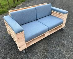 Pallet Furniture Pallet outdoor sofa - Wooden Pallet Reshaping and Furniture Ideas are fabulous in appearance and functions. They aim to adorn the house as much as they can. Diy Pallet Couch, Pallet Patio Furniture, Diy Couch, Sofa Furniture, Rustic Furniture, Furniture Ideas, Garden Furniture, Antique Furniture, Modern Furniture