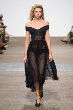 Topshop Unique, Spring 2017 - London's Spring '17 Runway Gowns Are Stunning - Photos